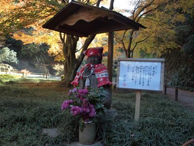 17明月院後庭赤地蔵様.jpg