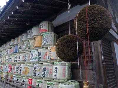 13松尾大社杉玉と酒樽.jpg