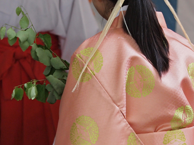 23女性神職の向蝶の衣.jpg